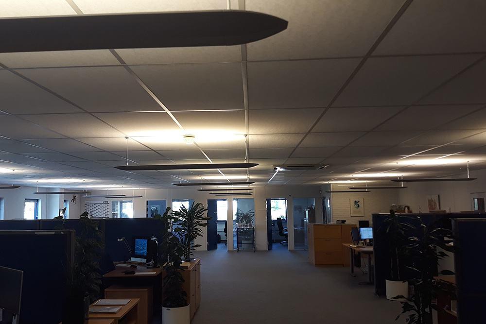 Før. Det ujævne lys gav klager og trætte medarbejdere.