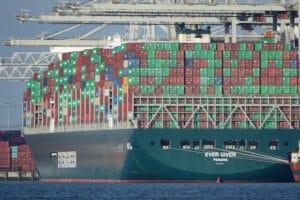Containerskibet Ever Given højt lastet i havnen i Rotterdam. Billede: Kees Torn - CC