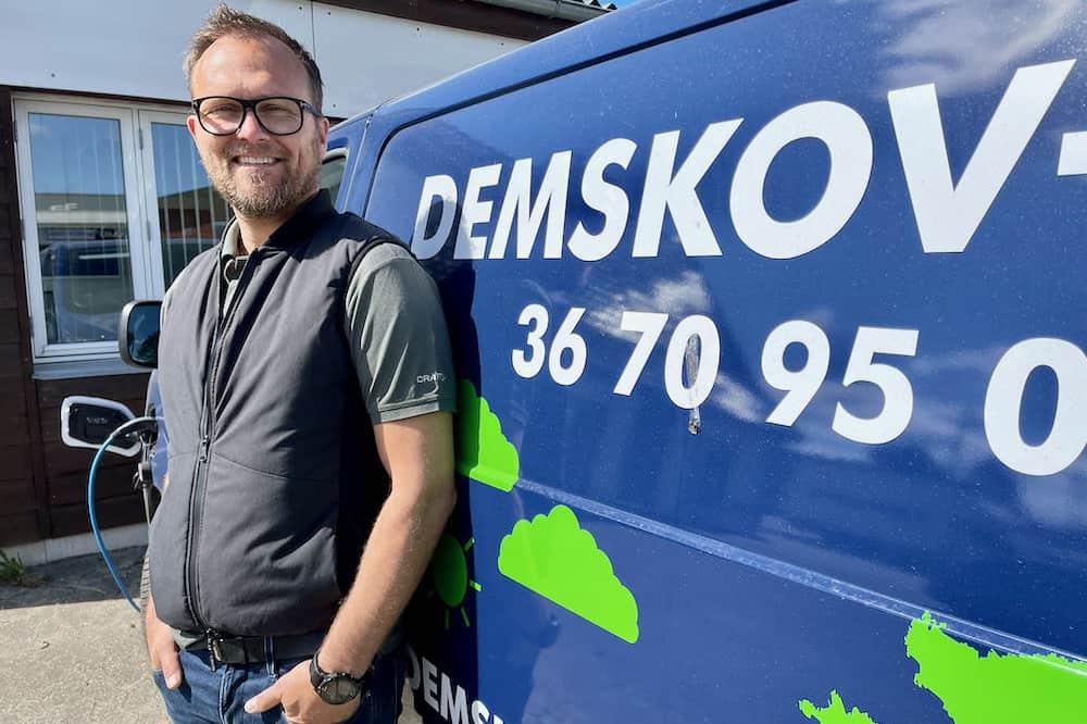 El er da også noget man kører på, når man er elektriker. Henning Ljungstrøm står her sammen med en af de nye Citroën el-varevogne. Rækkeviden er stadig begrænset til 220 kilometer effektivt på el, men det holder til de fleste arbejdsdage.