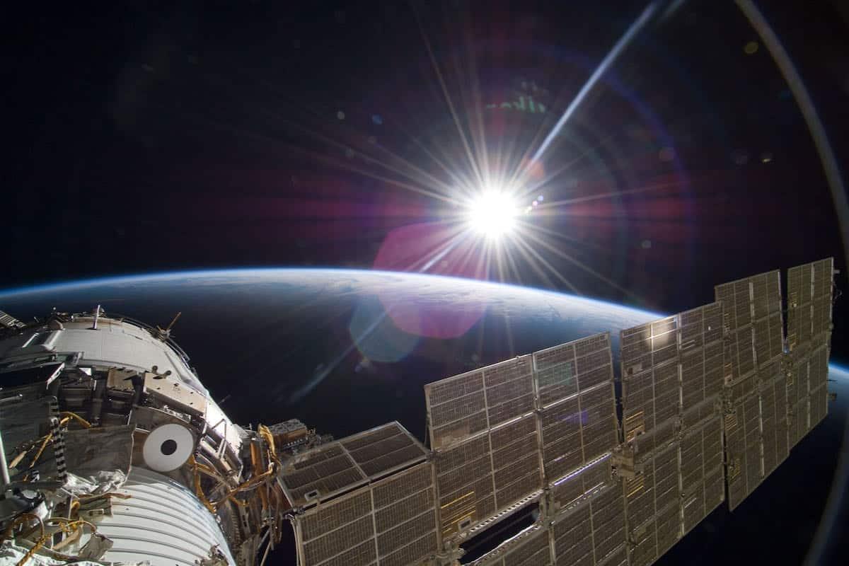 """Blåt og godt lys er effektivt og minimerer fejl. Derfor er lyset i den kunstige døgnrytme på Den internationale Rumstation særligt beriget med blåt lys i 8 """"dagtimer"""". Det styrker astronauternes ydeevne og støtter deres søvn. Foto: NASA Goddard Photo CC BY 2.0."""