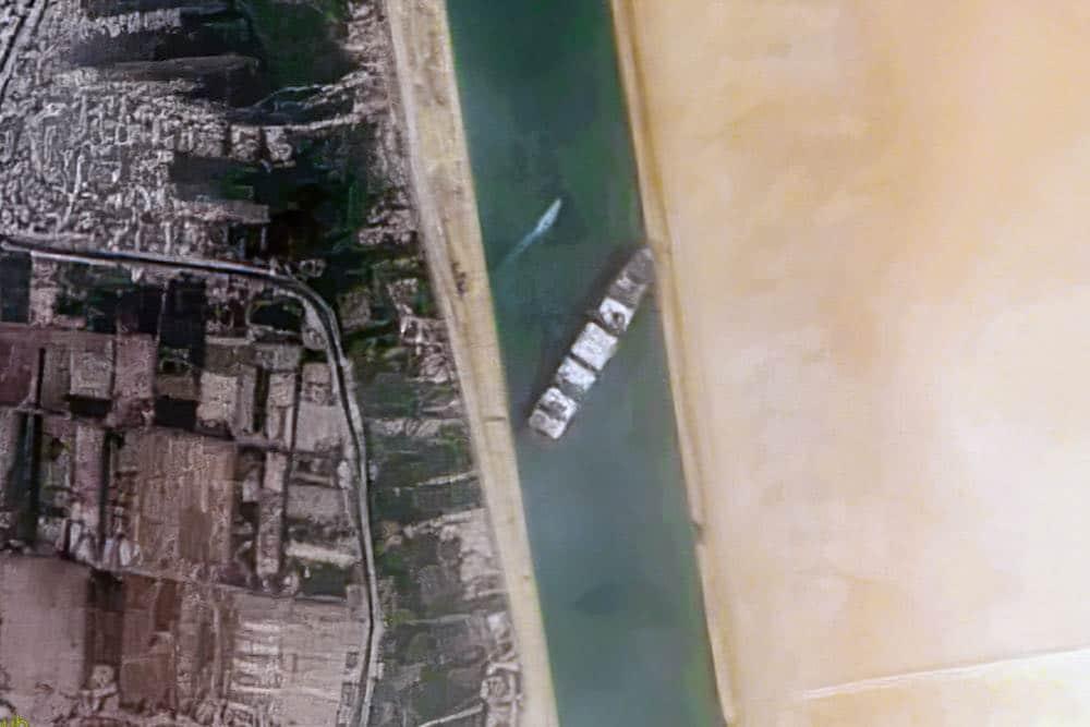 Satellitbillede af Ever Given på tværs i suez kanalen, hvor skibet spærrede for al trafik i 6 dage. Billede: CC